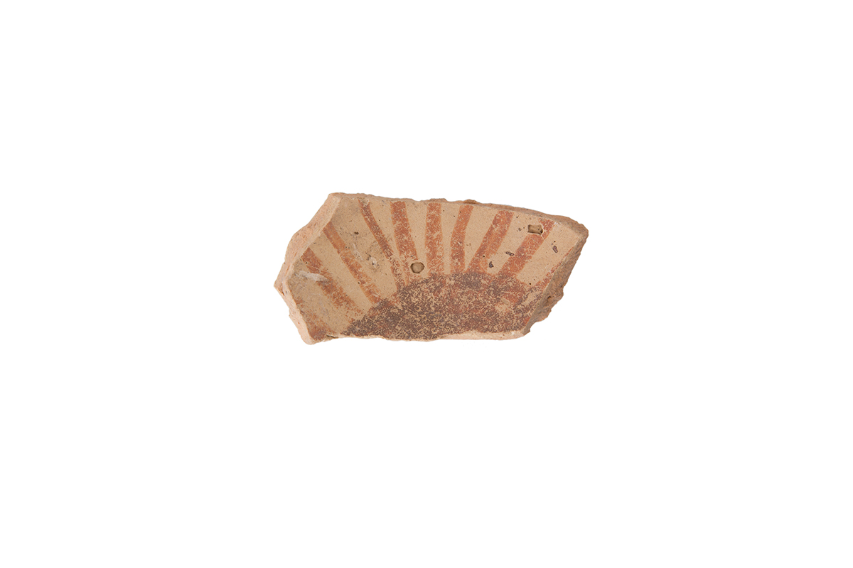 Fragment of wall with a decoration painted in red and a radiused circular pattern (probable solar motive), Pulo, III Canopy, Middle Neolithic Age/Red Stripes style